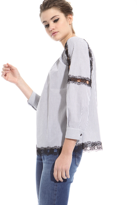 Blusa con bordature macramé Intrend