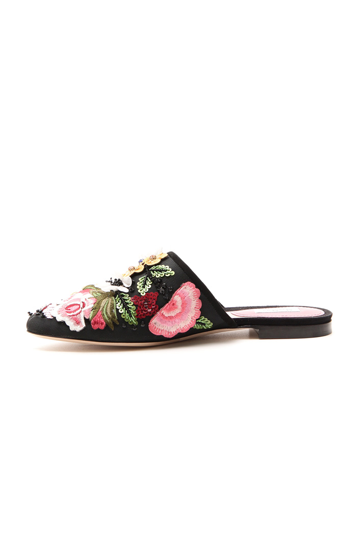 Sabot with floral embroidery Intrend