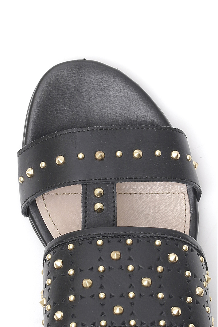 Sandalo flat con borchie Intrend