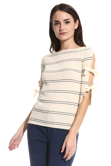 Maglia a costine con cut-out Intrend