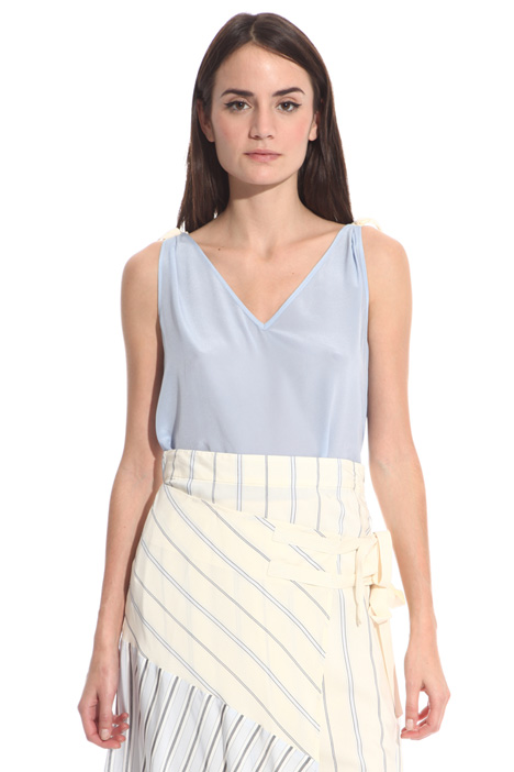 Top with knotted ribbons  Intrend