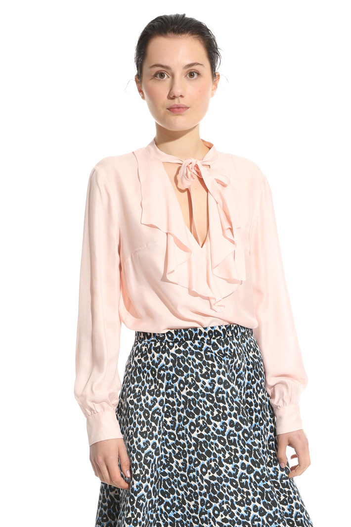 Flounce neck blouse Intrend