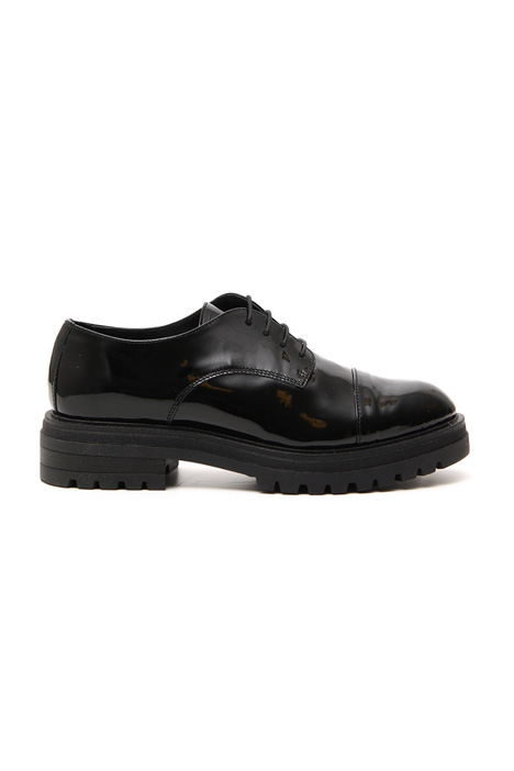 Varnished laced shoes Intrend