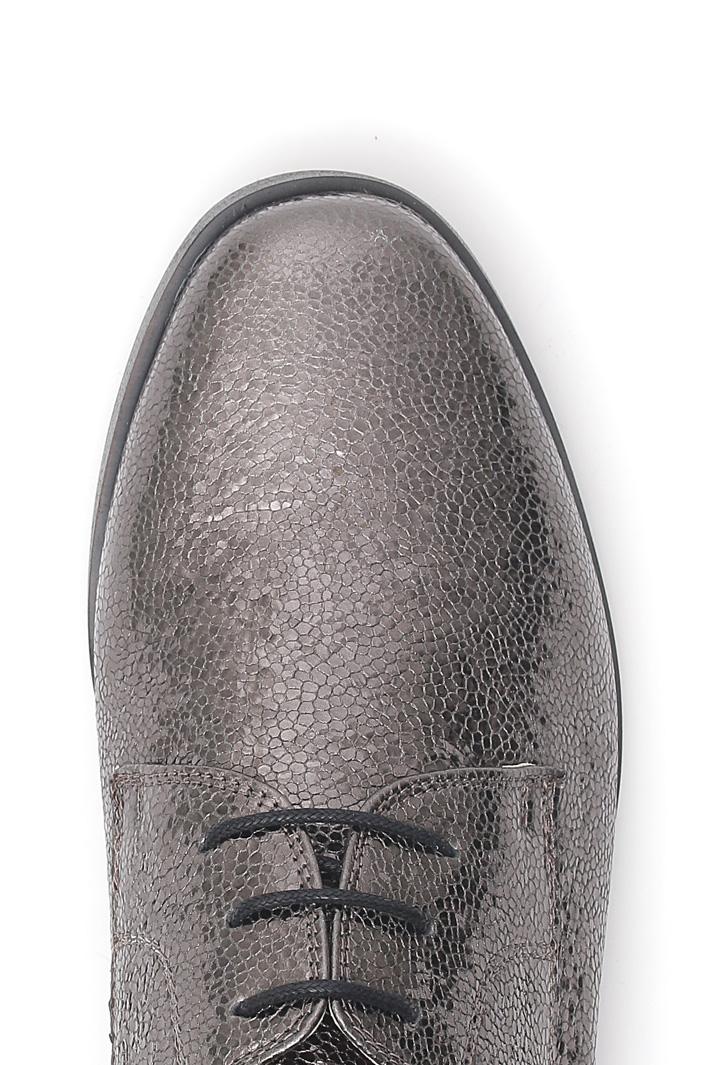 Craquelé laminated laced shoes Intrend