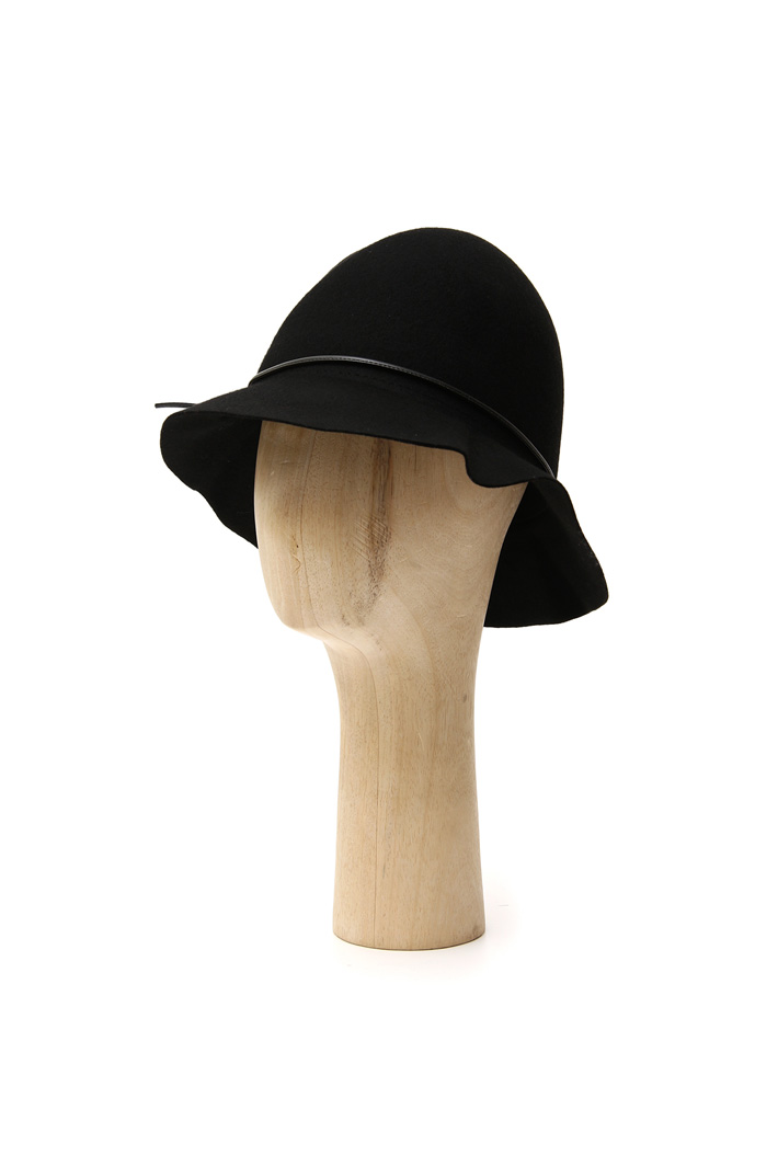 Leatherette detail hat Intrend
