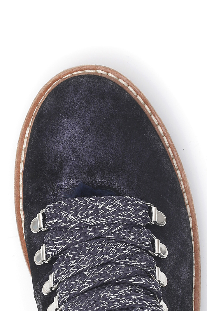 Laminated suede shoes Intrend