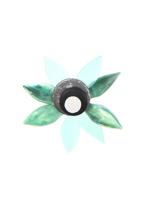 Resin floral brooch    Intrend