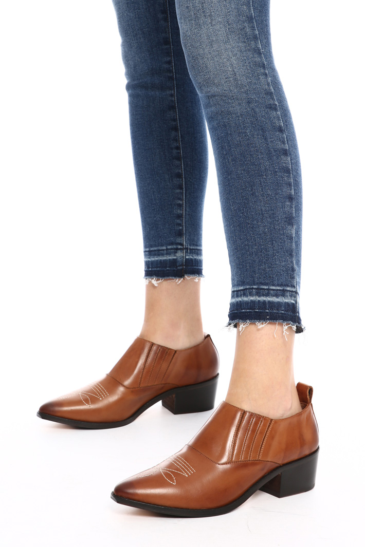 Pointed toe moccasin with heel Intrend