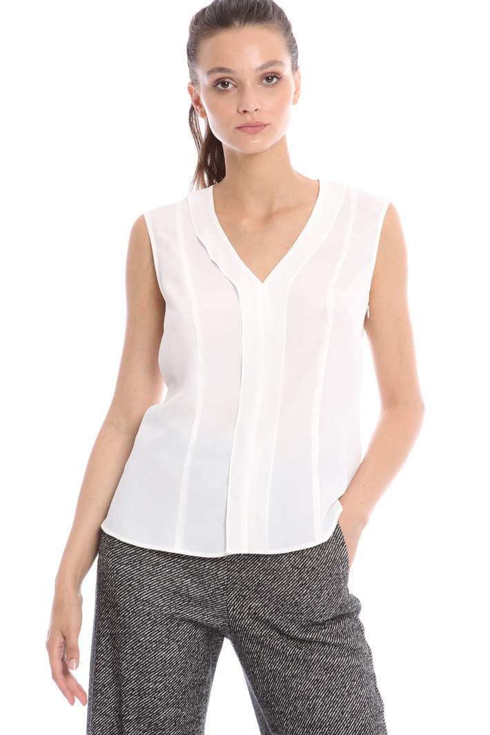 Sleeveless top in silk Intrend