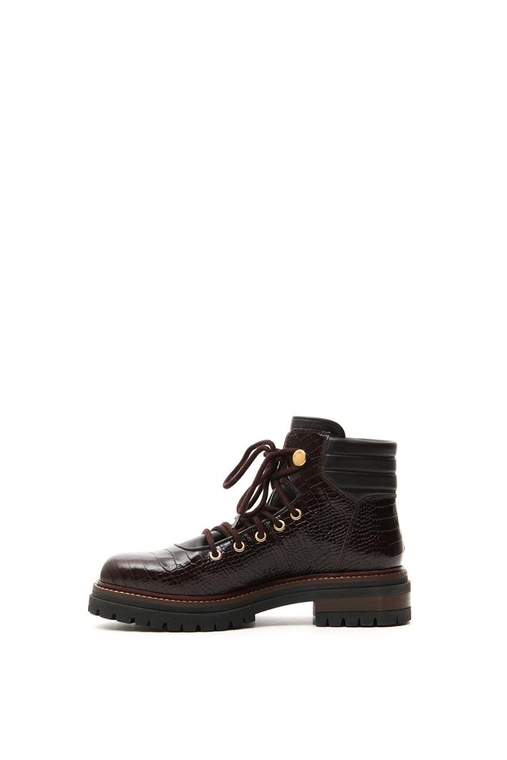 Crocodile print low boots Intrend