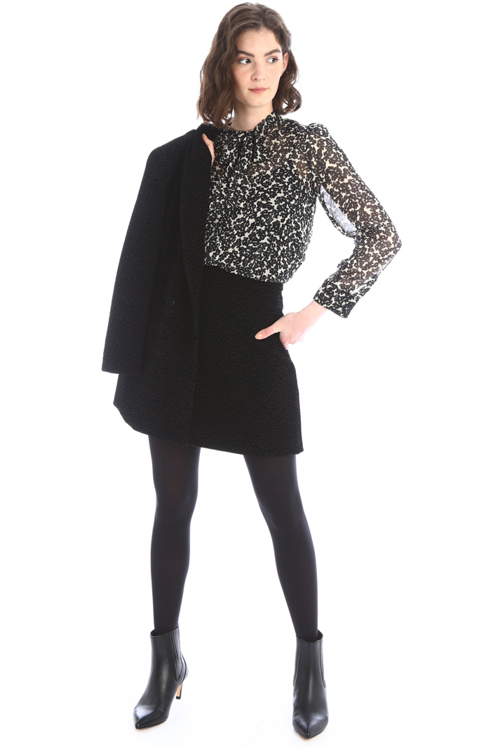 Short skirt with raised motif Intrend